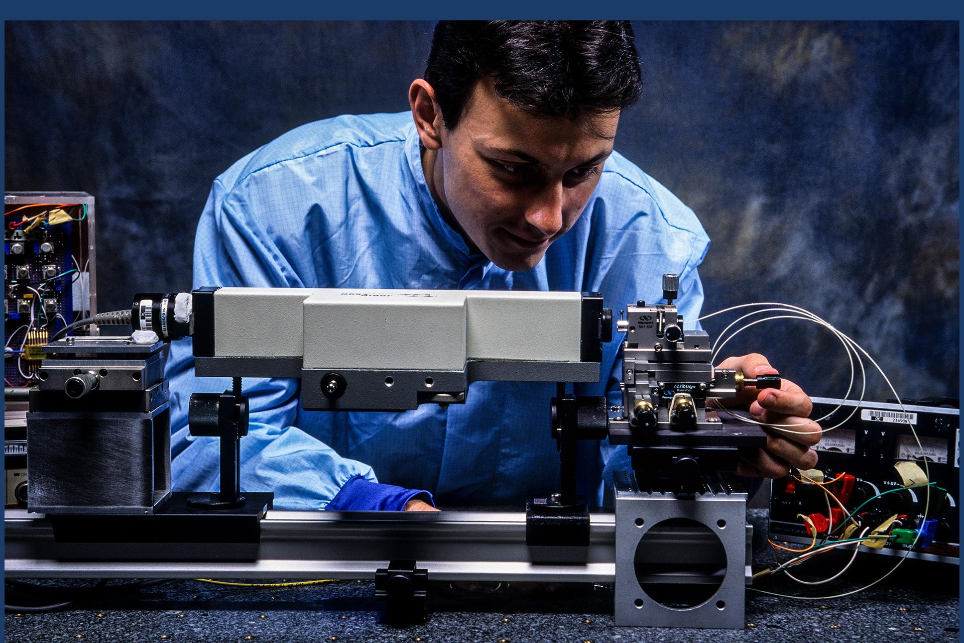 Reportage sur l'ajustement de fibres optiques chez Dassault