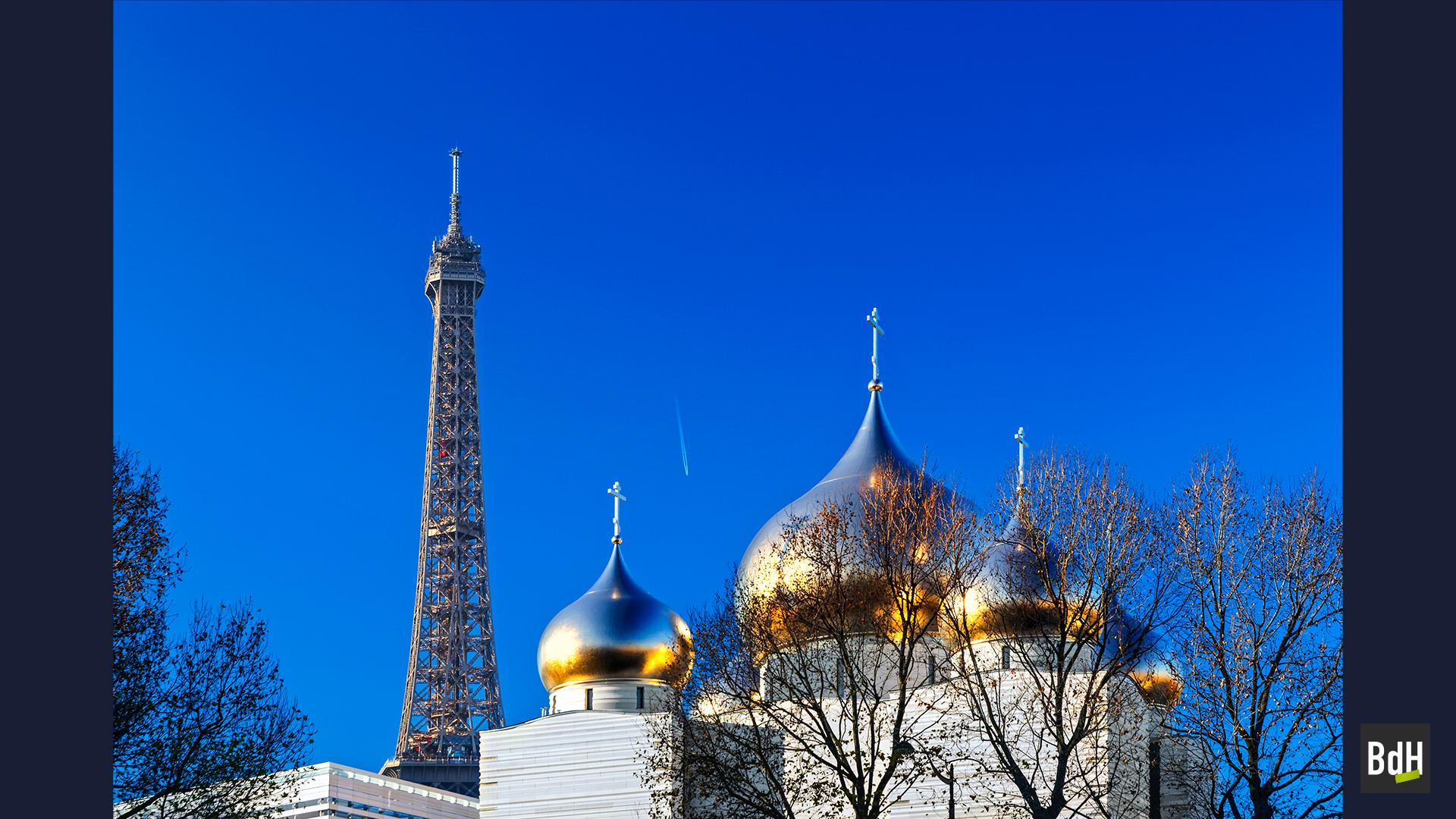 Les coupoles de la nouvelle Cathédrale orthodoxe russe de la Sainte-Trinité par l'architecte Jean-Michel Wilmotte, la Tour Eiffel à Paris, France.