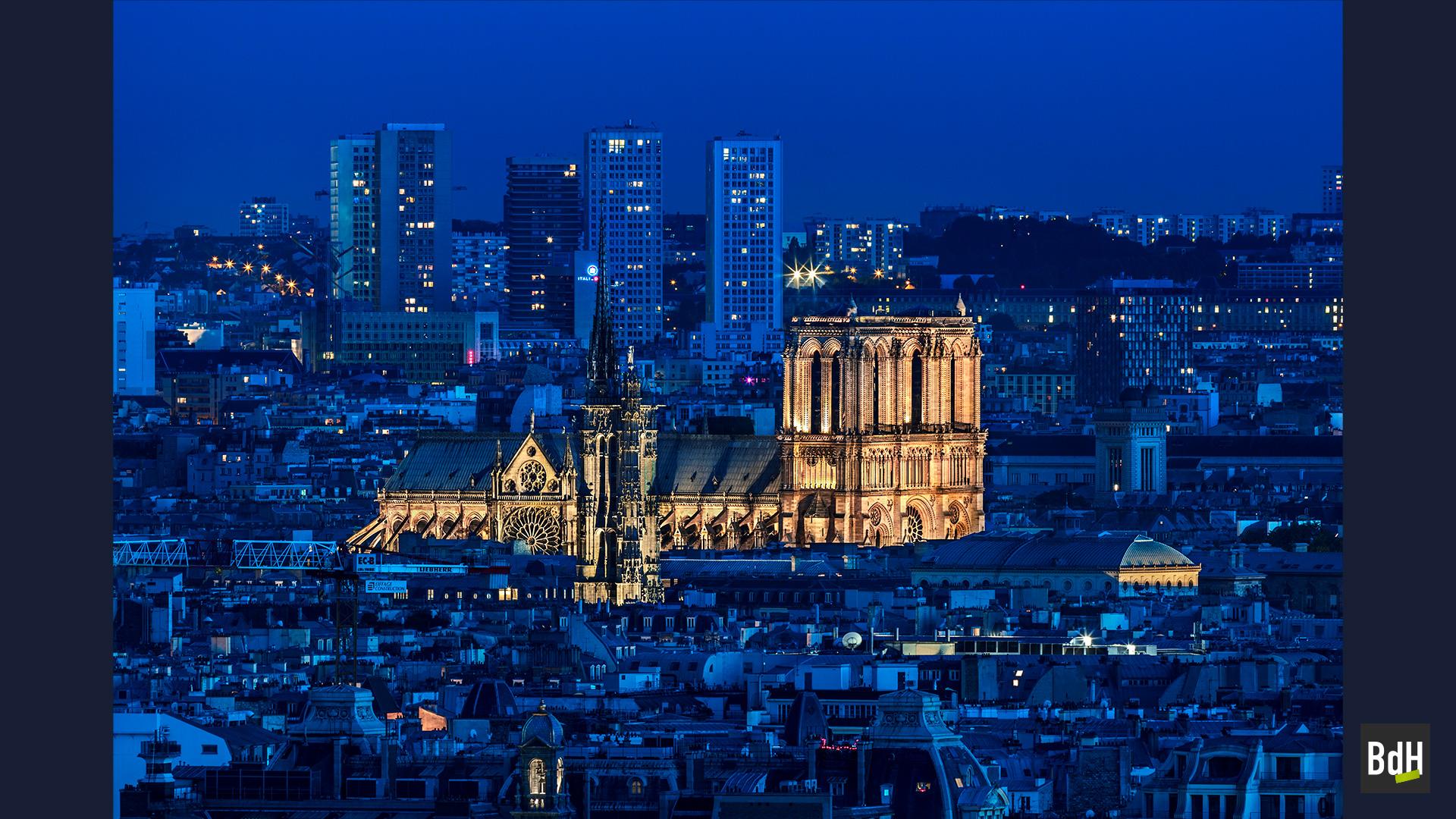 Notre-Dame et la Tour Saint-Jacques à la tombée de la nuit, Paris, France