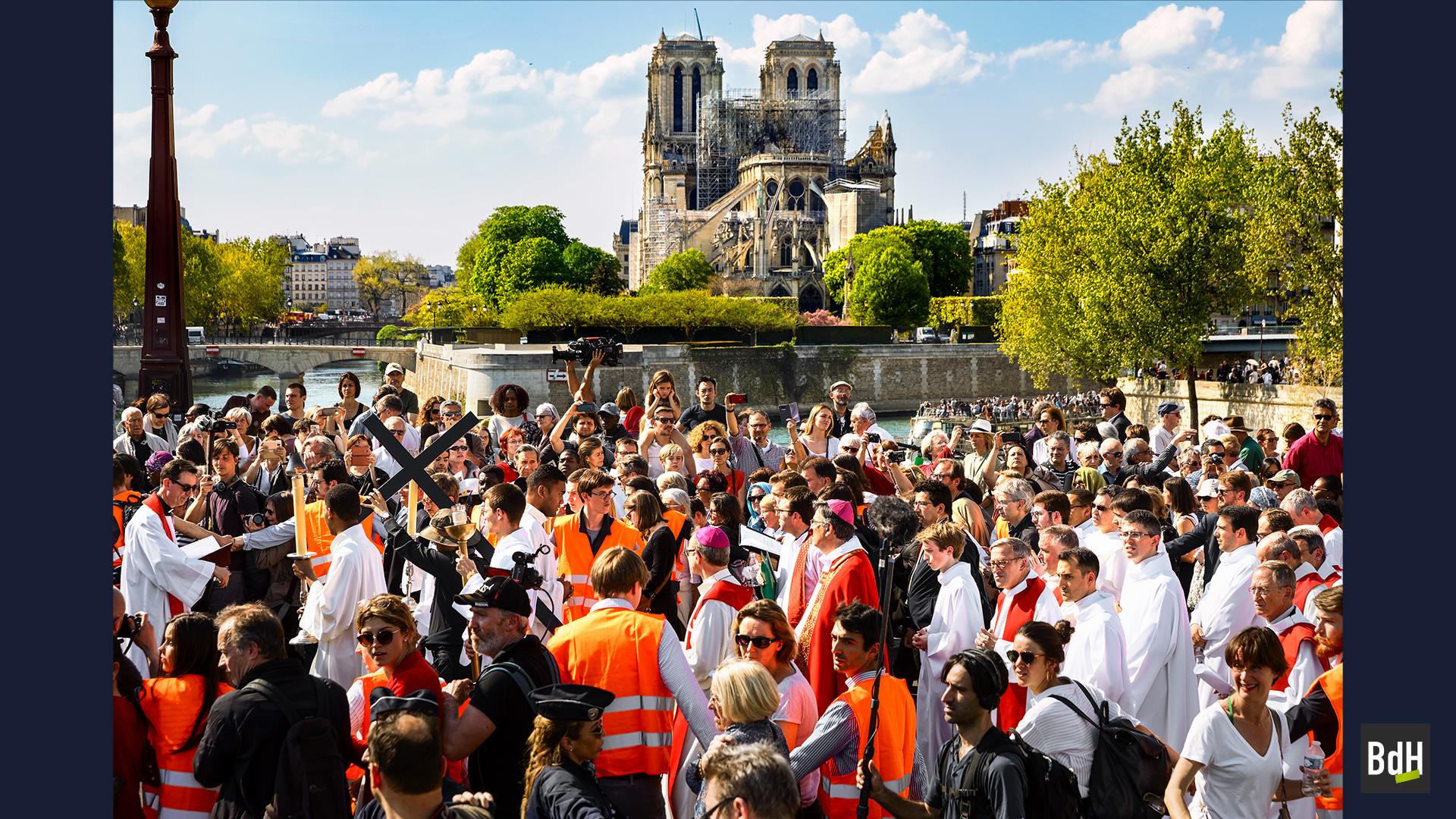 xChemin de croix de la procession du vendredi saint célébré par l'archevêque de Paris Mgr Michel Aupetit sur les quais de l'Île Saint-Louis, le 19 Avril 2019 à Paris, France.