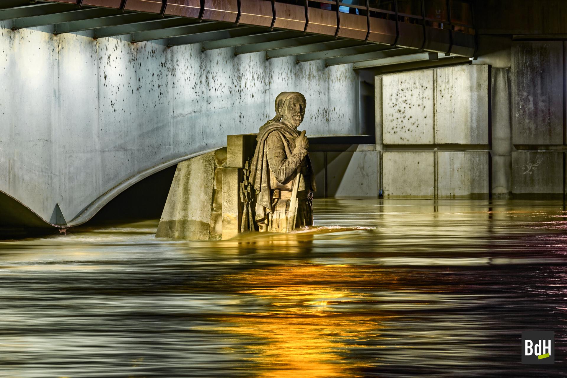 Le zouave du Pont de l'Alma lors de la crue de la Seine à 6,10 mètres le 3 Juin 2016 à Paris, France.