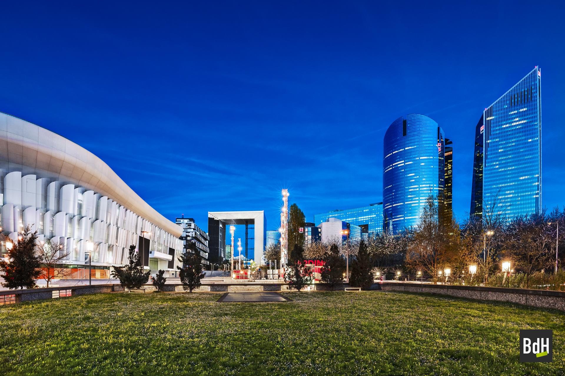 Perspective des Jardins de Nanterre avec la salle Paris La Défense Arena, la Grande Arche, les tours Chassagne et Alicante, Nanterre et Puteaux, France
