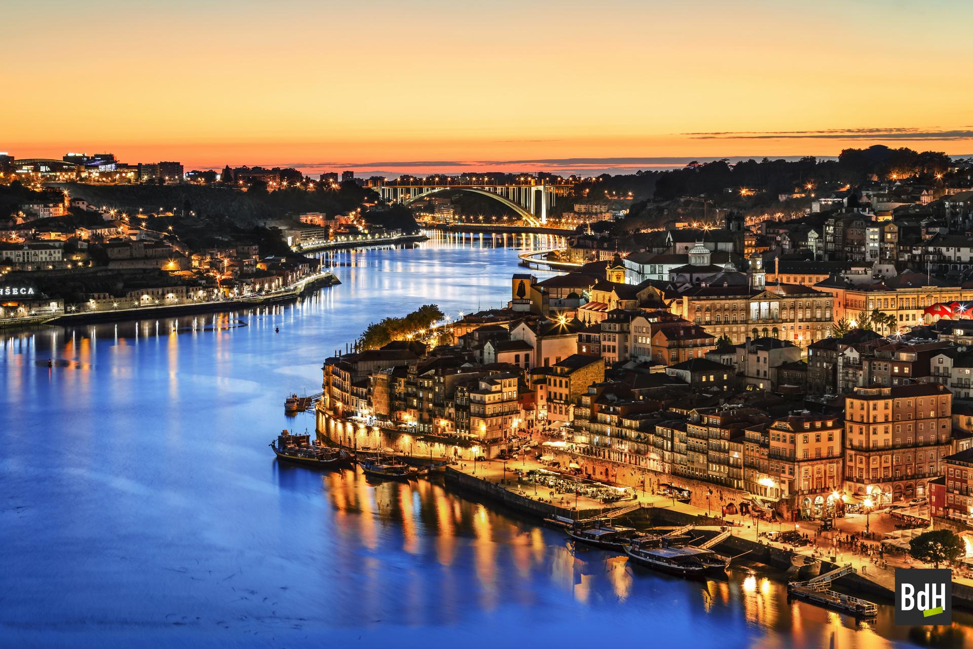 Coucher de soleil sur Porto et le Douro, Portugal.