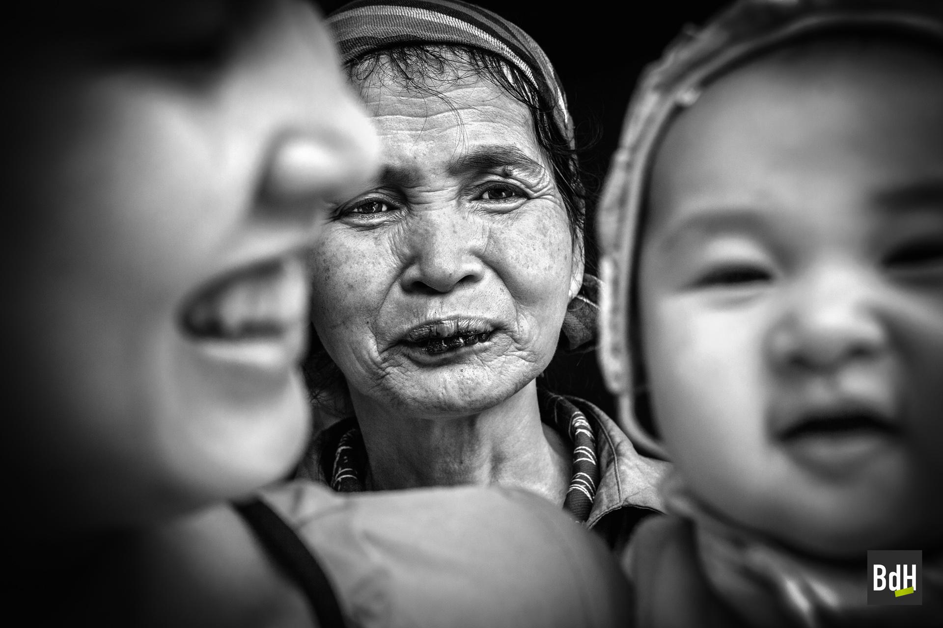 Portrait d'une famille sur trois générations dont la grand-mère aux dents noircies à Mai Chau, Tonkin, Vietnam 2012